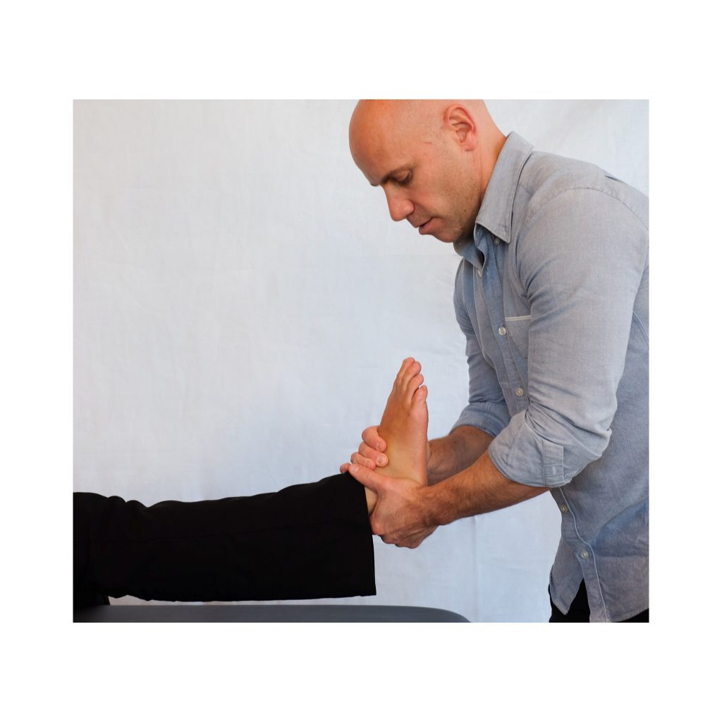 Behandlinger på din helse Bjølsen: på bildet gir kiropraktor Thomassen en justering på ankelleddet