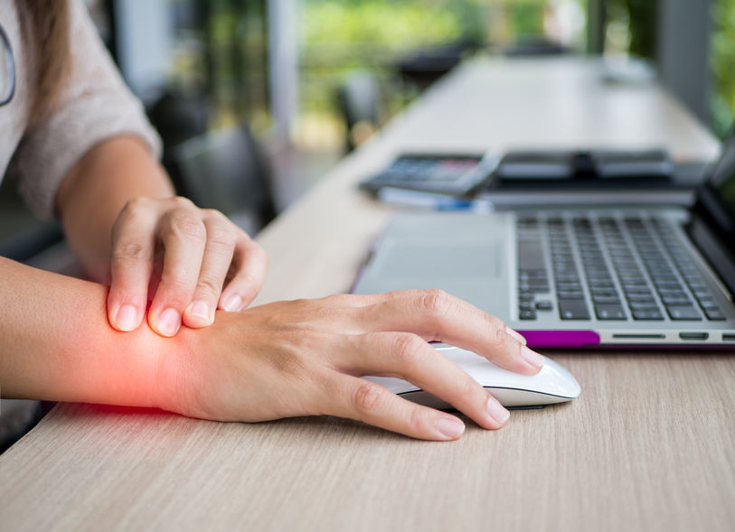Strålesmerter i armene kan gi smerter ut i hpnden