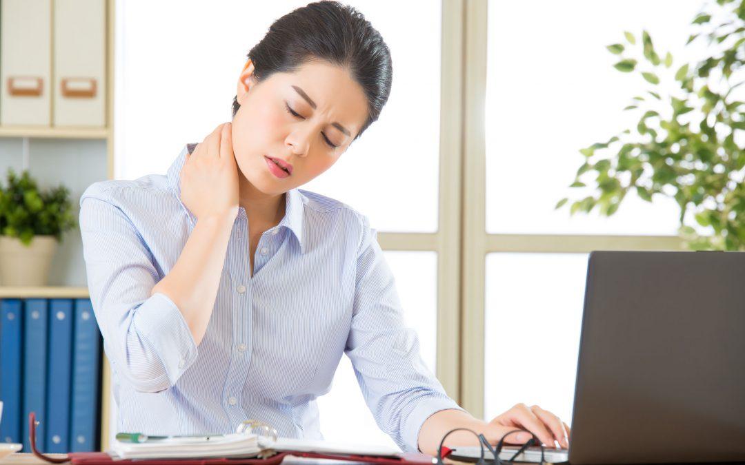 Stress kan gi deg dårlig helse og øker sjansene for å få rygg og nakkeplager slik som damen på bildet
