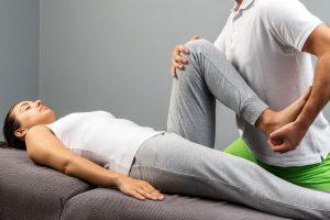 Schlatters undersøkt av fysioterapeut på benk